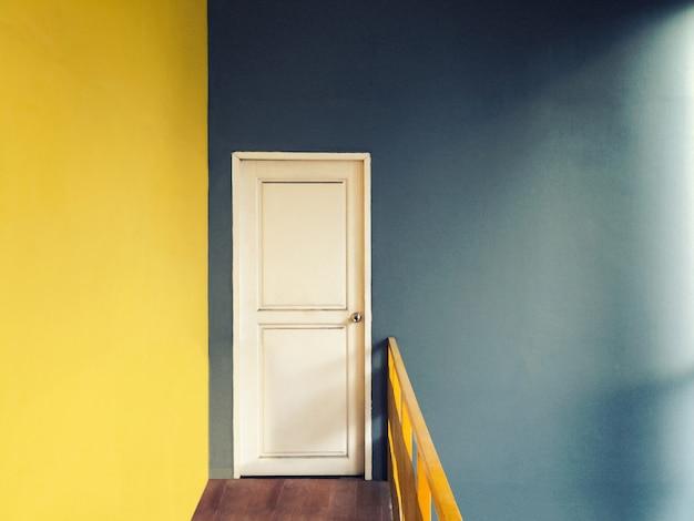 Estilo vintage com filtro de grãos de corredor vazio para pequena sala de porta branca Foto Premium