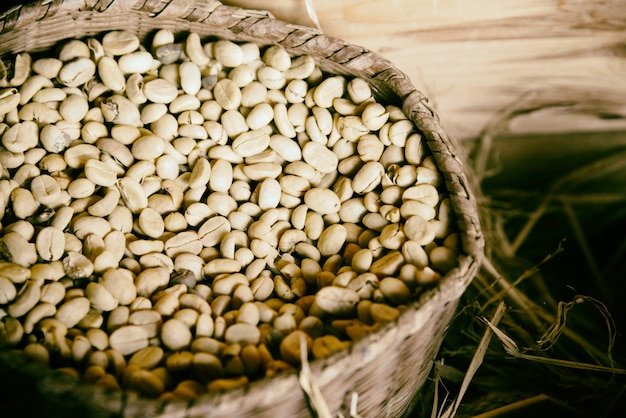 Estilo vintage de grãos de café em saco de gunny de madeira e caixa de madeira Foto Premium