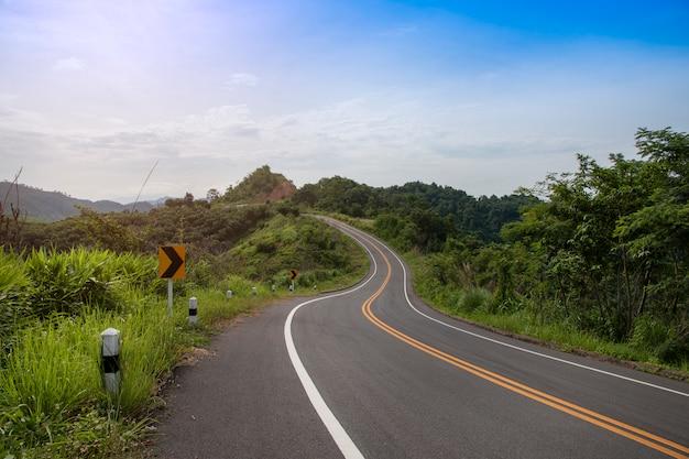 Estrada asfaltada completamente com curvas do sinal nas montanhas. Foto Premium