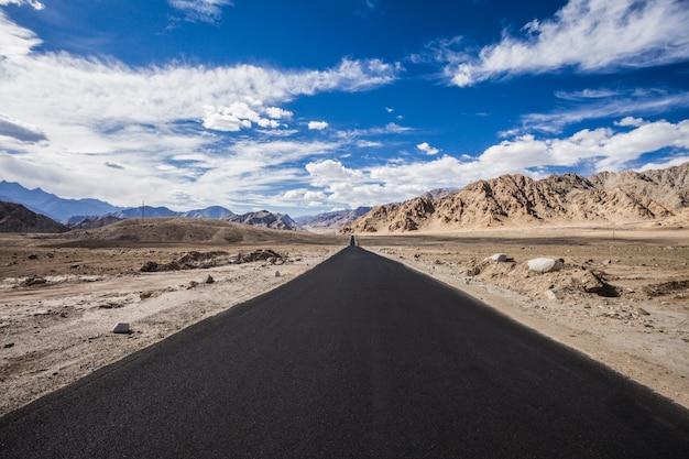 Estrada de asfalto nas montanhas Foto Premium