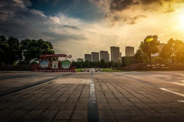 Estrada de asfalto vazia através da cidade moderna na china. Foto gratuita