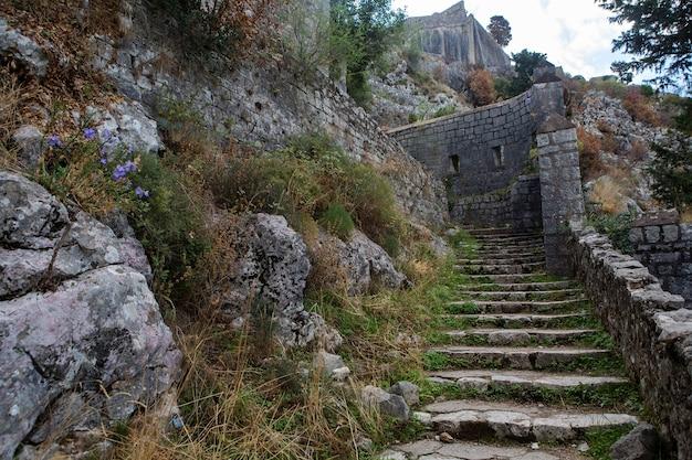Estrada de pedra estreita para a muralha de kotor montenegro Foto Premium