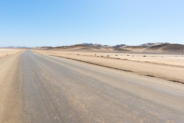 Estrada de sal que atravessa o deserto do namibe, melhor destino de viagem na namíbia, áfrica. Foto Premium