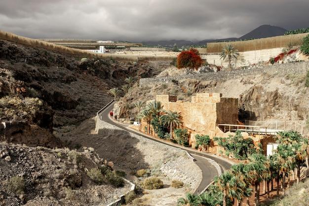 Estrada deserta com pequena aldeia Foto gratuita