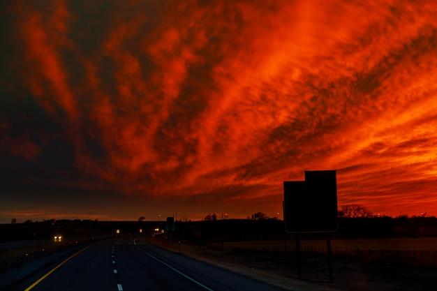 Estrada do outono pôr do sol os raios de luz no carro a estrada Foto Premium