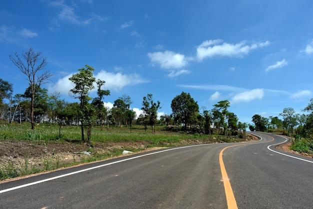 Estrada e céu azul Foto Premium
