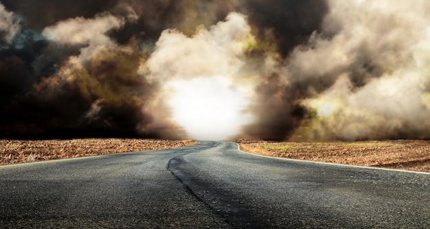 Estrada fantástica do deserto com nuvens Foto Premium