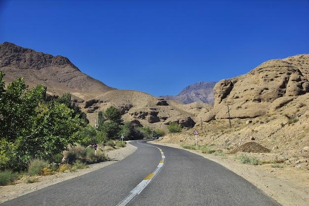 Estrada no deserto do irã até a vila de abyaneh Foto Premium
