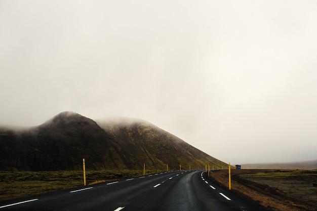 Estrada no meio do nevoeiro Foto gratuita