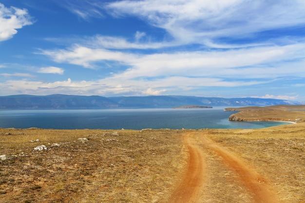 Estrada perto do lago em dia de sol Foto Premium