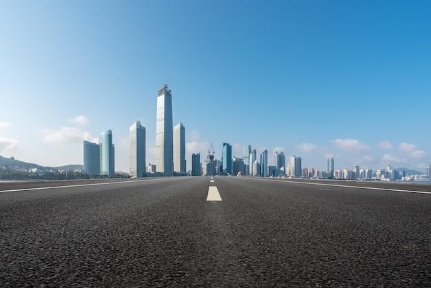 Estrada urbana e arquitetura moderna Foto Premium