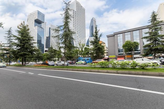 Estrada vazia com a paisagem urbana e o horizonte de chengdu, china Foto Premium