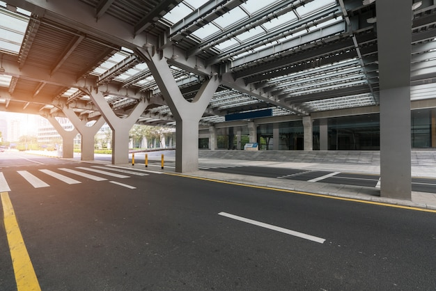 Estrada vazia com arquitetura da cidade e skyline de shenzhen, china. Foto Premium