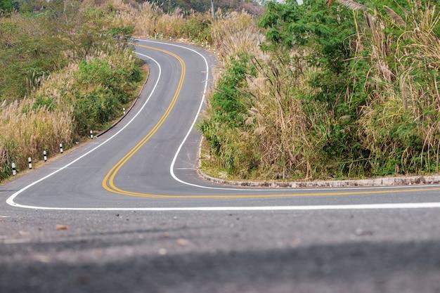 Estradas nas montanhas, representa viagens muito difícil Foto Premium