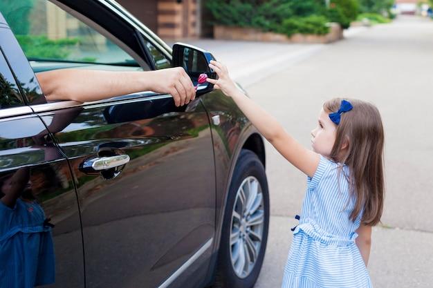 Estranho no carro oferece doces para a criança Foto Premium