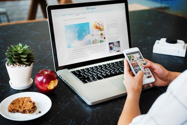Estratégia de marketing, conectando o conceito de dispositivos digitais Foto Premium