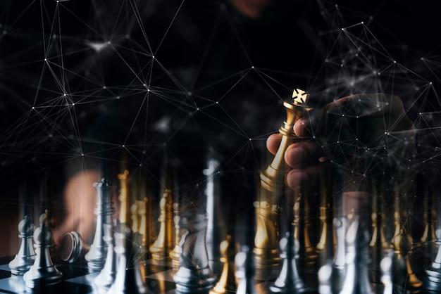 Estratégia de negócios brainstorm jogo de tabuleiro de xadrez com mão tocar fundo preto com espaço de cópia livre para o seu texto Foto Premium