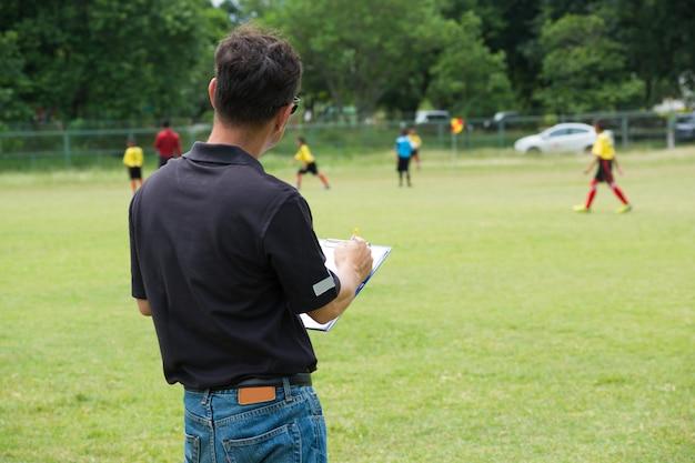 Estratégia masculino treinador ou team manager desenho plano ou padrão de jogar futebol ou futebol Foto Premium