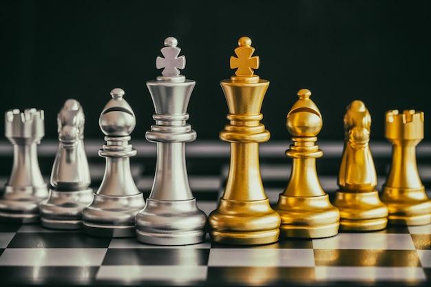 Estratégia xadrez batalha inteligência desafio jogo no tabuleiro de xadrez Foto Premium