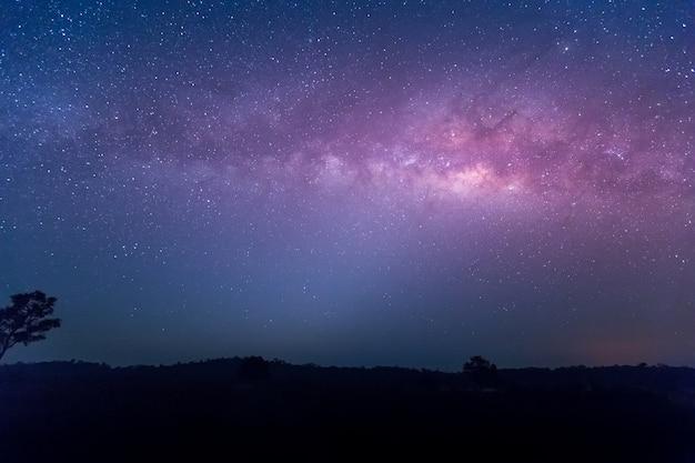 Estrela, astronomia, galáxia da via láctea, fotografia longa exposição com grãos no parque natural de thung kamang, Foto Premium