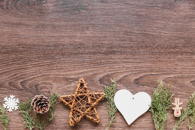 Estrela de madeira com ramos verdes na mesa Foto gratuita