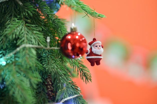 Estrelas, bolas, veados, caixas de presente, sinos, bonecos de neve, natal, bolas de ouro, bolas de prata, festivais Foto Premium