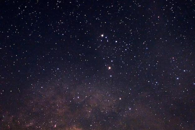 Estrelas brilhantes com via láctea no céu noturno Foto Premium