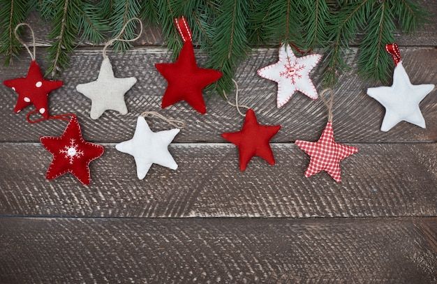 Estrelas coloridas no fundo de madeira Foto gratuita