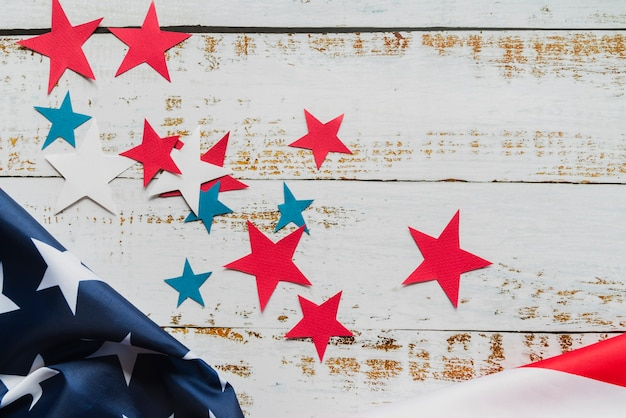 Estrelas e bandeira americana em fundo de madeira Foto gratuita