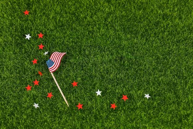 Estrelas e bandeira dos eua na grama Foto gratuita