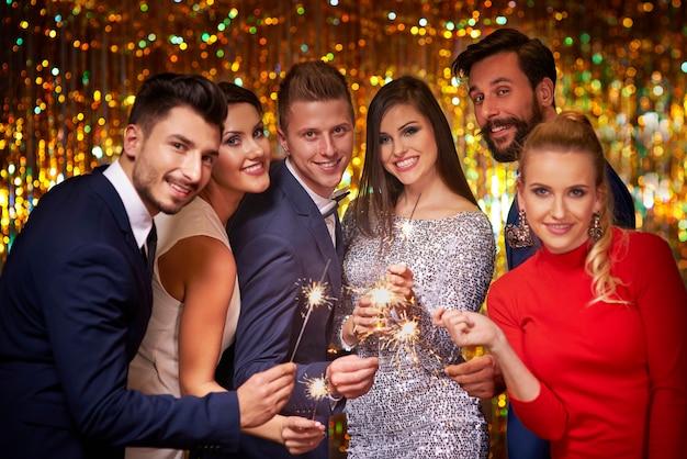 Estrelinhas brilhantes e amigos alegres Foto gratuita
