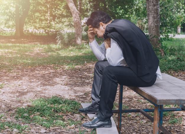 Estresse do homem de negócios e triste Foto Premium