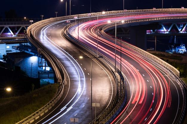 Estrias de luz de carro de estrada. listras de pintura luz à noite. fotografia de longa exposição. Foto Premium