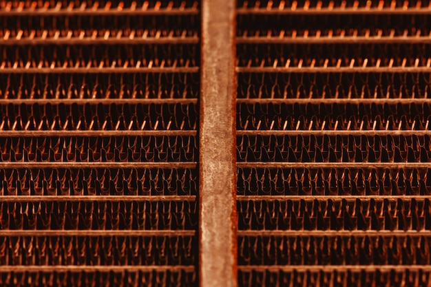 Estrutura de treliça do radiador enferrujado velho com espaço de cópia Foto Premium