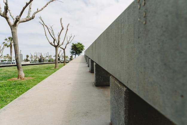 Estrutura decorativa de concreto nos jardins. Foto Premium