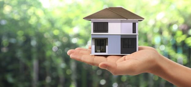 Estrutura residencial de casa na mão, ideia de casa de negócios Foto Premium