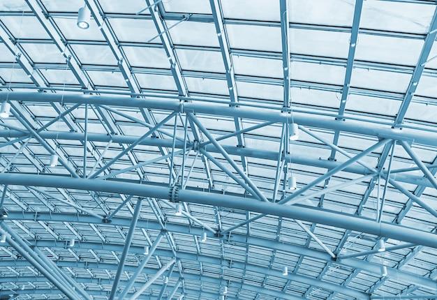 Estruturas metálicas no telhado do fundo complexo comercial Foto Premium