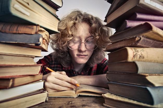 Estudando com livros Foto Premium