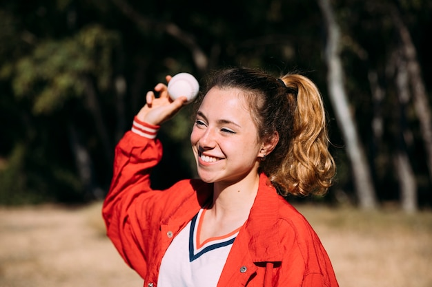 Estudante adolescente alegre jogando beisebol Foto gratuita