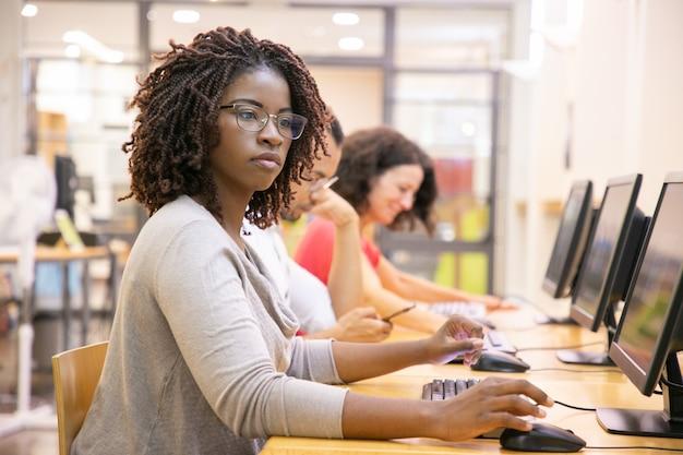 Estudante adulto mulher negra, trabalhando na aula de informática Foto gratuita