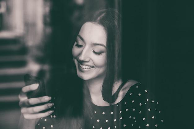 Estudante alegre que usa seu telefone móvel Foto gratuita