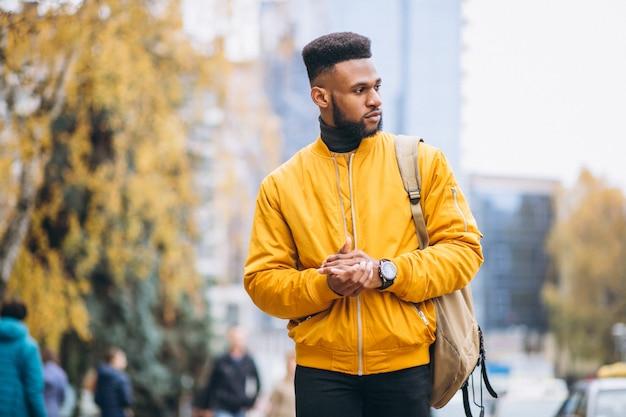 Estudante americano africano andando na rua Foto gratuita