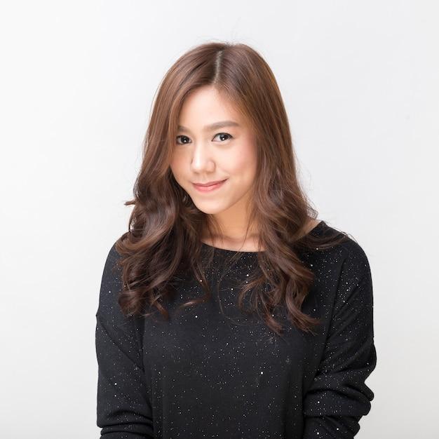 Estudante asiática muito asiática sorrindo para a câmera Foto Premium