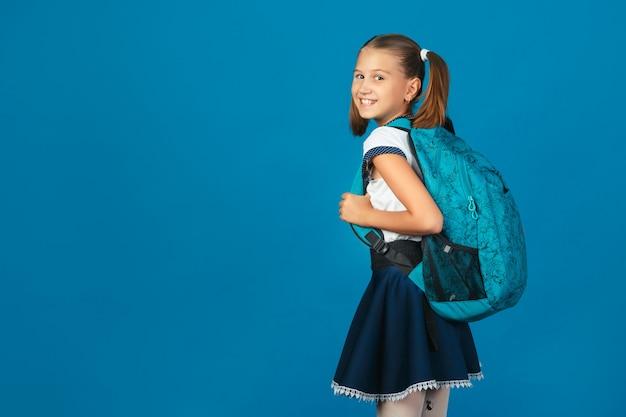 Estudante bonito com mochila azul olhando Foto Premium