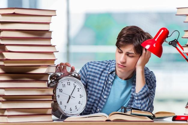 Estudante com muitos livros se preparando para os exames Foto Premium