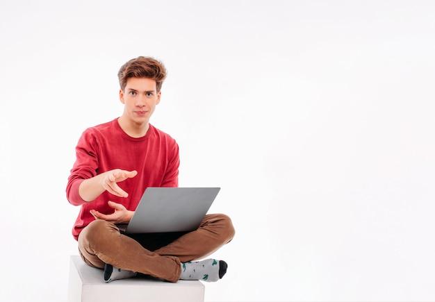 Estudante de adolescente trabalhando no laptop no fundo branco Foto Premium