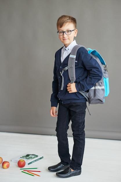 Estudante de criança em sala de aula Foto Premium