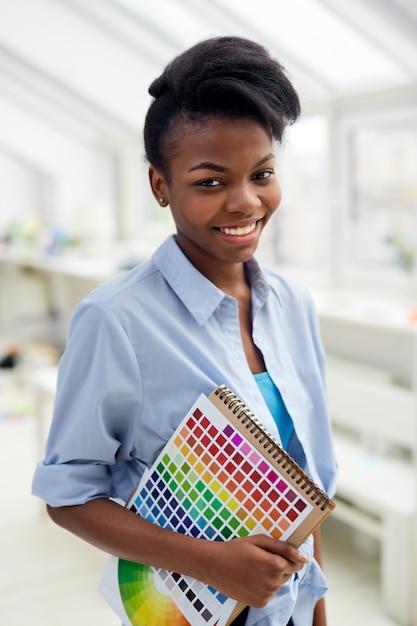 Estudante de designer gráfico com paleta de cores Foto gratuita