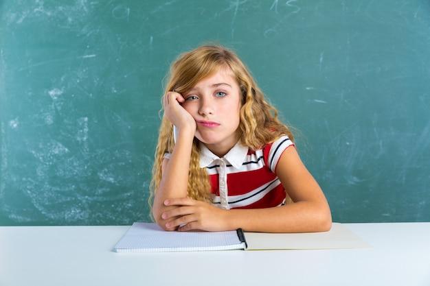 Estudante de estudante de expressão triste chata na mesa Foto Premium