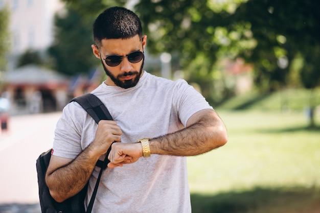 Estudante de homem barbudo bonito jovem Foto gratuita
